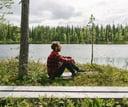 Mies nauttii Suomen kesästä luonnonhelmassa