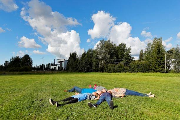 ihmisiä-nurmikolla